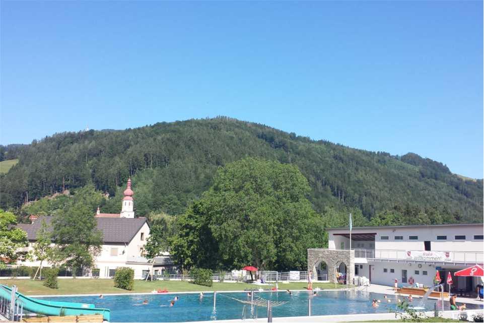 Schwimmbad Anger am Feistritztalradweg R8